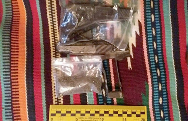У Хмельничанина вилучили зброю, вибухівку, наркотики та крадені велосипеди