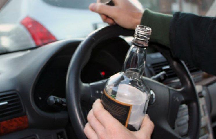 У Харкові затримали поліцейський автомобіль з п'яним водієм (ВІДЕО 18+)