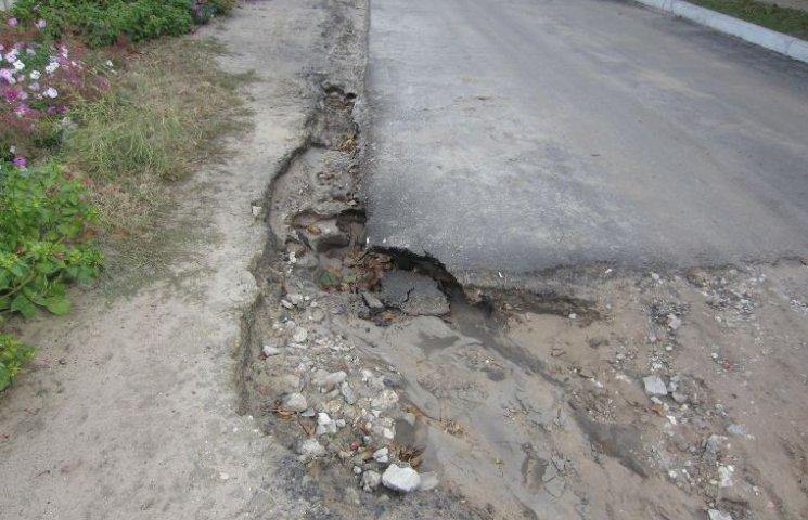 У Миколаєві дощі почали розмивати капітально відремонтовану дорогу