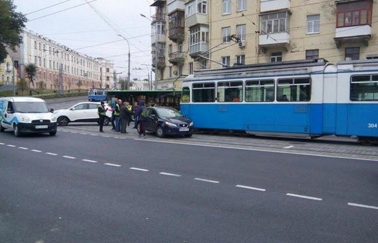 У Вінниці на оновленій площі Гагаріна трамвай зіткнувся з іномаркою
