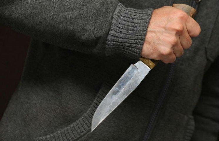 На Нових Будинках п'яний 69-рінчний пенсіонер вдарив ножем у живіт перехожого