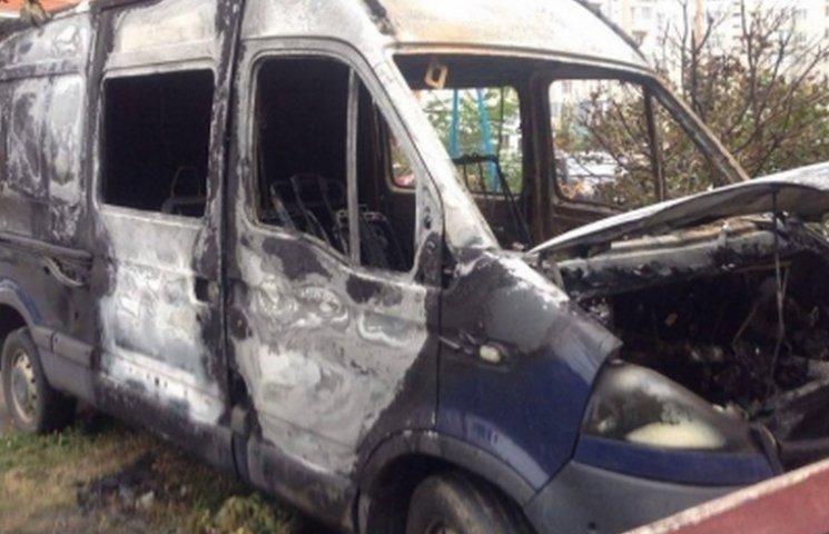 В елітному мікрорайоні Вінниці дотла згорів мікроавтобус