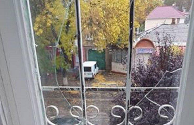 У Миколаєві невідомі розгатили вікно в кабінеті начальника податкової