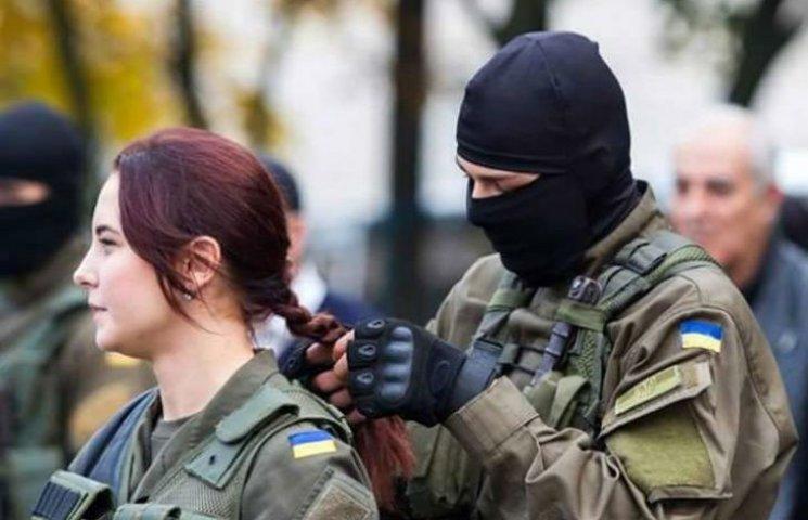 История фото: Почему боец заплетает ей косу и что было после этого