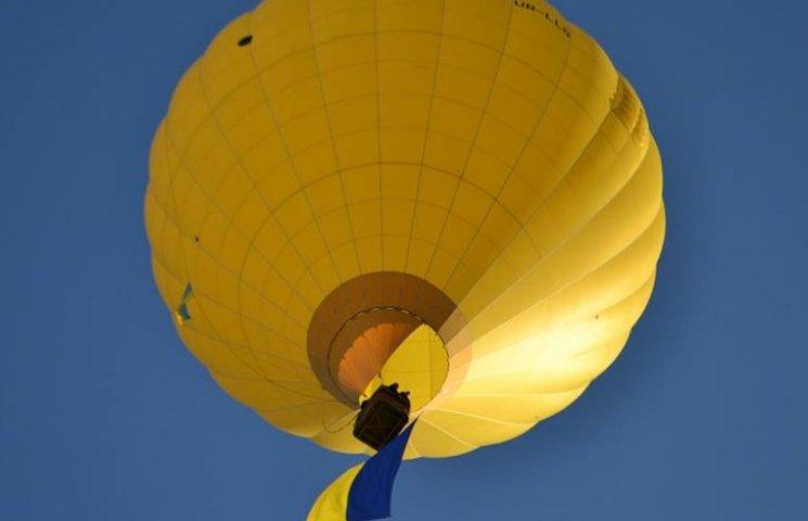 Повітряна куля підняла в небо над Кам