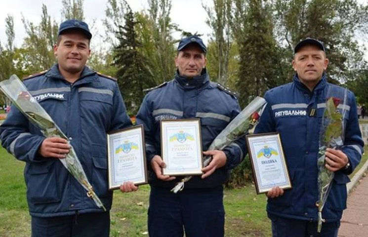 ДСНСівцям, які рятували людей в пожежі на Гонгадзе, вручили почесні грамоти