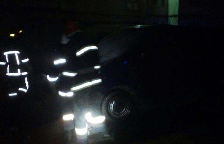 У Хмельницькому просто в дворі горіла автівка