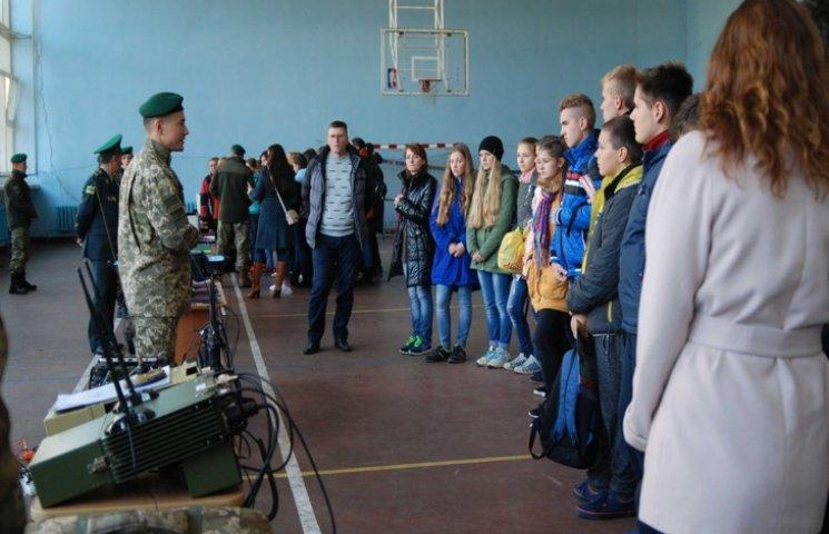 """Прикордонники в Хмельницькому показали школярам """"як захищати Україну"""""""