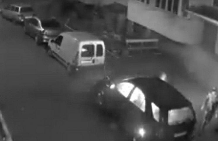 В сети появилось видео, как на Вишенке ночью поджигали джип