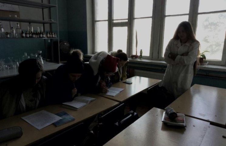 """Миколаївські студенти гріються на """"парах"""" у куртках"""