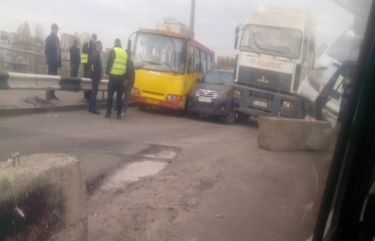 У Полтаві автобус, легковик і вантажівка не поділили дорогу