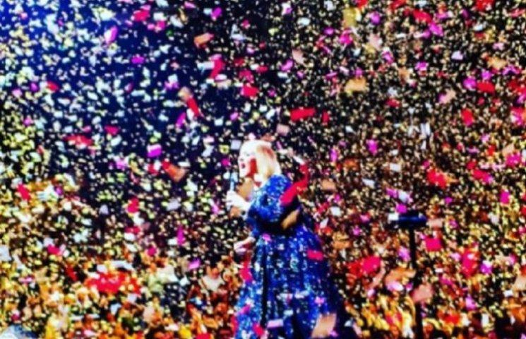 Адель на концерті засипав тисячами любовних записок бойфренд