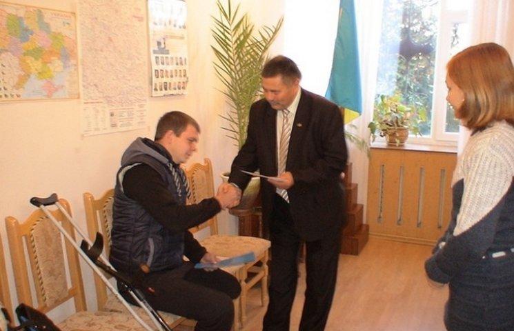 Молодому вінничанину, який втратив в АТО ногу, подарували грамоту і гроші