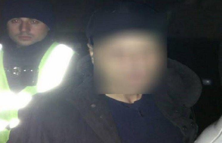 Хмельницькі патрульні затримали грабіжника, при виході з пограбованої автівки