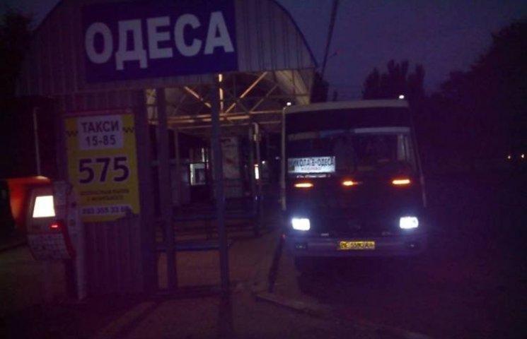 """Перевізники на миколаївському автовокзалі-""""невидимці"""" ховаються вдень"""