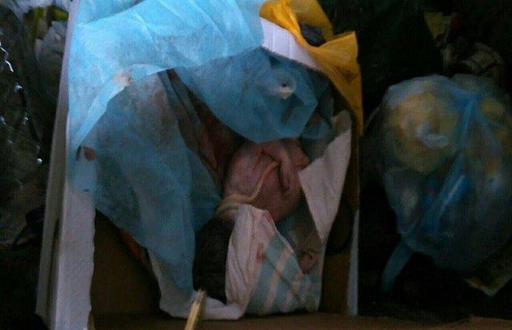 На смітнику у Хмельницькому знайшли мертве немовля