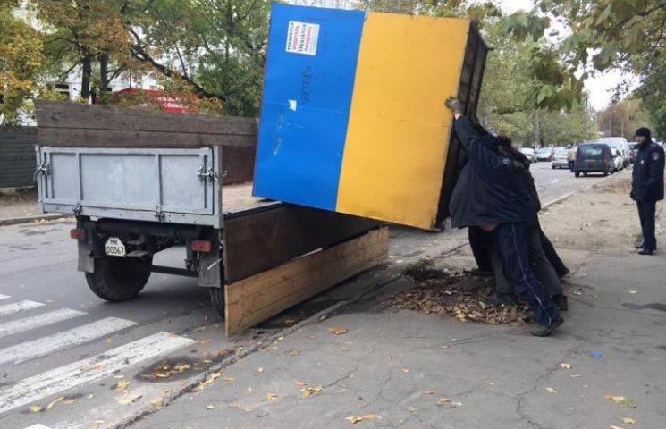 Техніка не витримала: у Миколаєві комунальники вручну демонтували кіоски