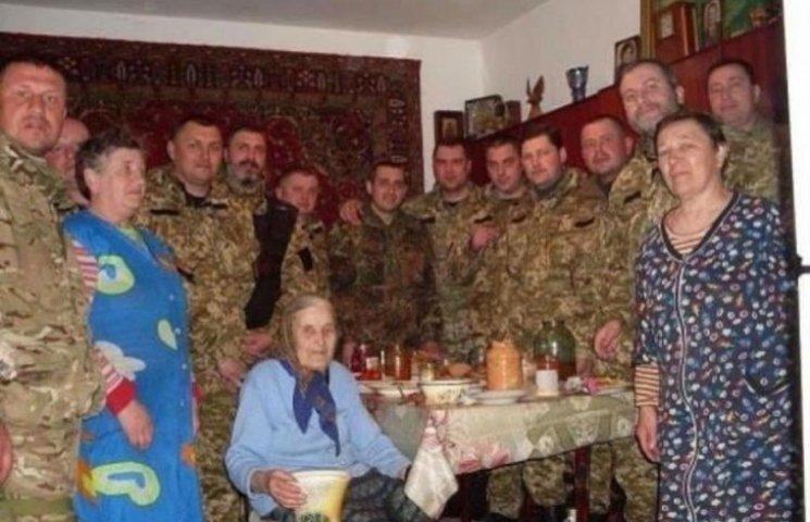 Героїчна бабця нагодувала батальйон військових (ФОТО)