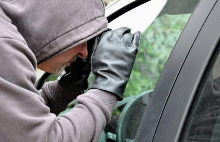 На Вінниччині серед білого дня у попа вкрали машину