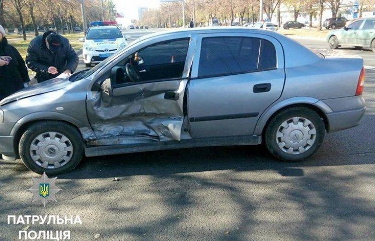 У Харкові BMW протаранив інше авто у водійські двері