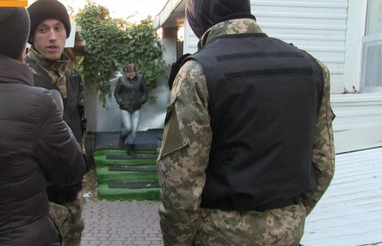 В Полтаве вооруженные люди окружили гостиницу