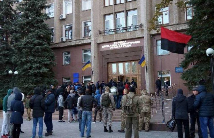 Николаевские активисты пытаются сорвать форум Медведчука в облсовете