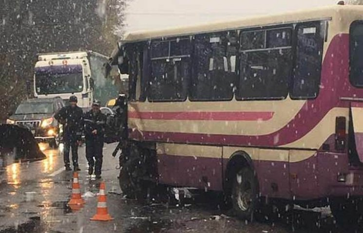Лобовое столкновение пассажирского автобуса на Винничине: есть жертвы