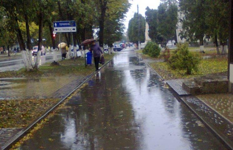 У Волочиську тротуари стали справжнісінькими водними каналами