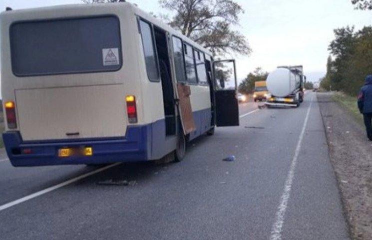 На шляху до Миколаєва маршрутка з пасажирами врізалася у вантажівку