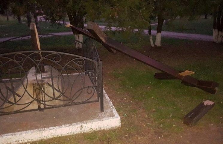 У Миколаєві вандали зламали хрест біля церкви