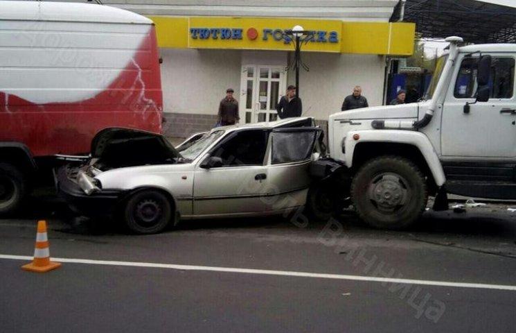 У Вінниці зіткнулися чотири автомобілі: є троє потерпілих