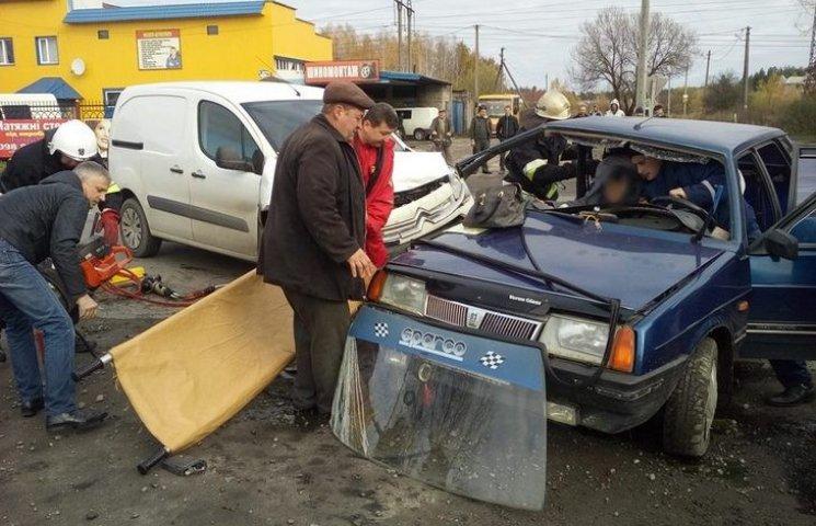 У Славуті рятувальники дістали жінку з понівеченого авто