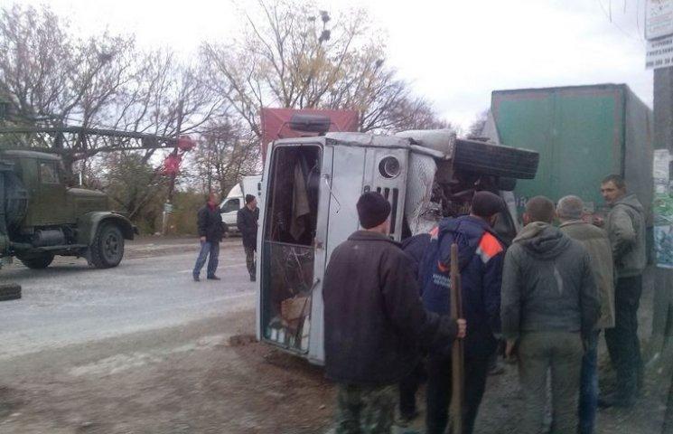 """У Правдівці """"на пиріжках"""" зіткнулося дві вантажівки"""