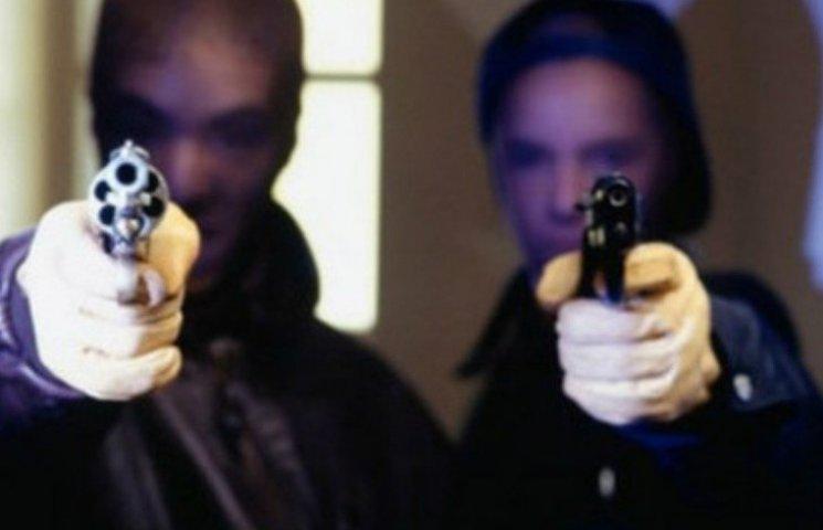 У центрі двоє молодиків з пістолетом пограбували миколаївця