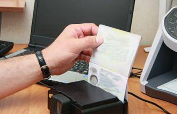 Харківські прикордонники не випустили з України жінку з підробкою в паспорті