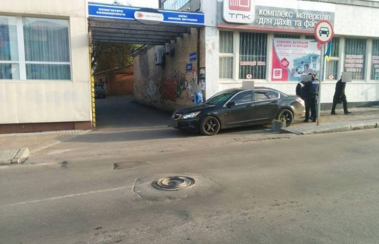 У Хмельницькому водій протаранив жінку на тротуарі