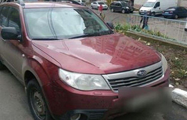 У Хмельницькому в дворі будинку авто збило дитину