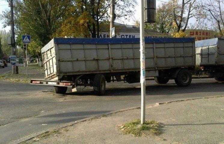 "У центрі Миколаєва ""застигла"" поламана фура"