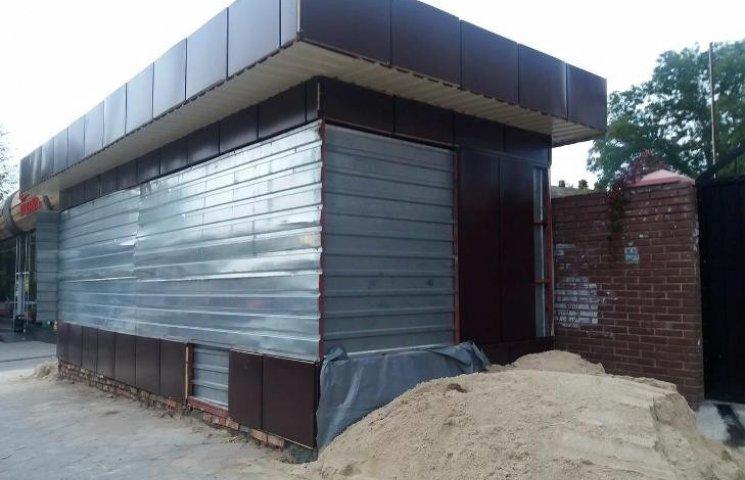 Комісія з демонтажу займеться кіоском, який виріс на зупинці в центрі Миколаєва