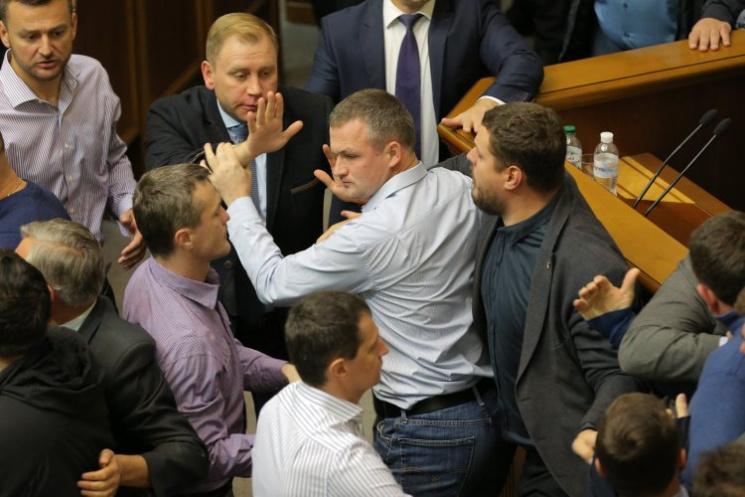 Відео дня: Дим і бійки в Раді за прийняття закону про Донбас