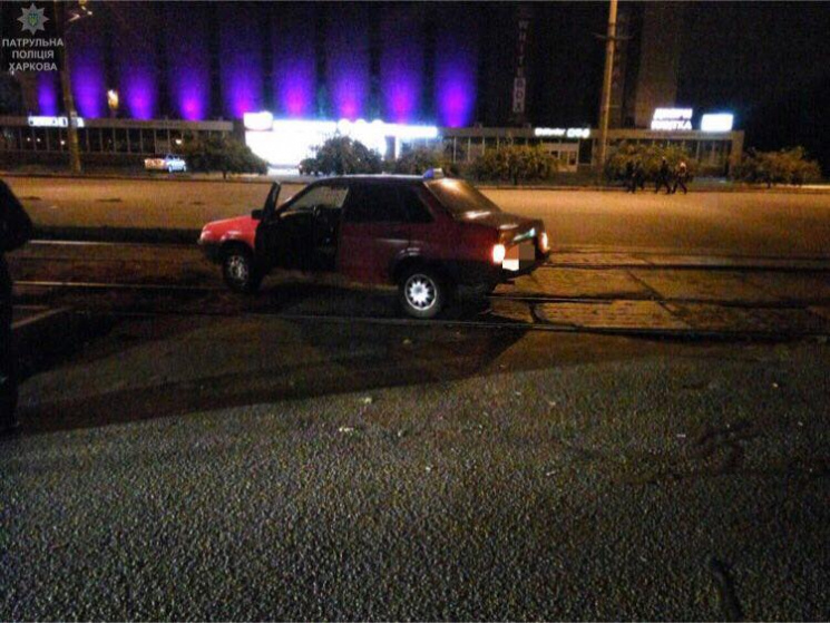 Авария наСалтовке: Перевернутый автомобиль ипострадавший пешеход