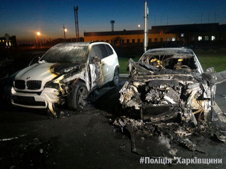 УХаркові невідомі підпалили одразу чотири BMW— фото, відео