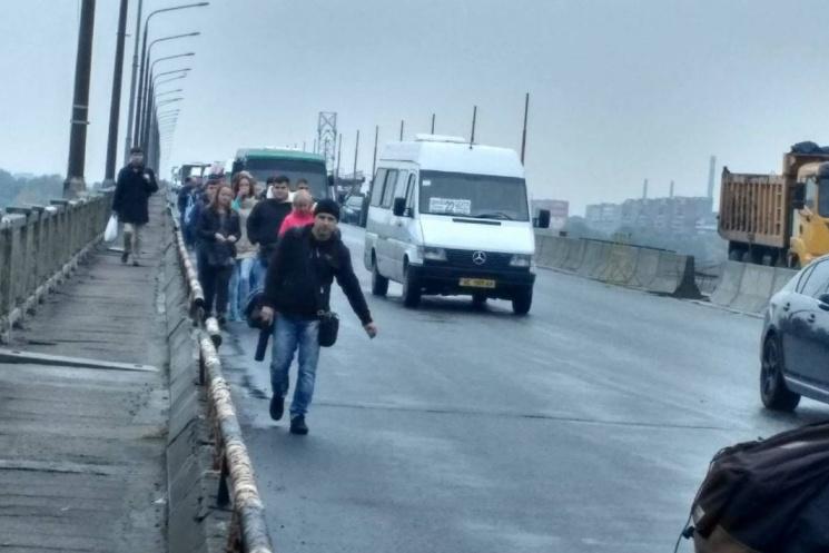 У Дніпрі активісти перекрили центральний міст: Пасажири маршруток йдуть пішки