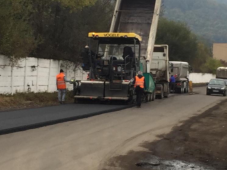 На Закарпатті розпочали і одразу припинили ремонт дороги через нестачу асфальту