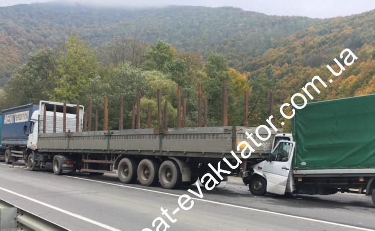 На Закарпатті зіштовхнулися одразу три вантажівки (ФОТО)