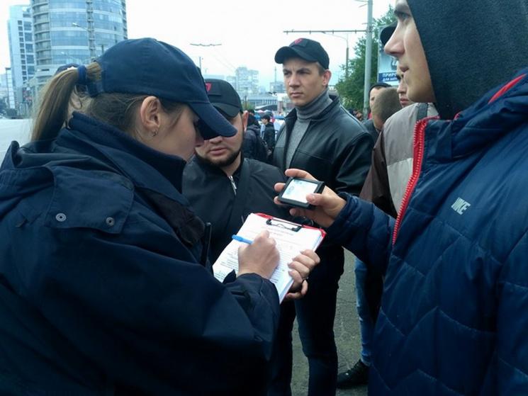 На Новому мосту поліція затримує перехожих та запрошує активістів на бесіду