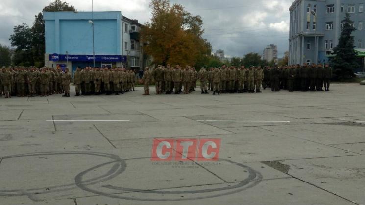 У Сумах на площі Незалежності зібрались військові зі зброєю