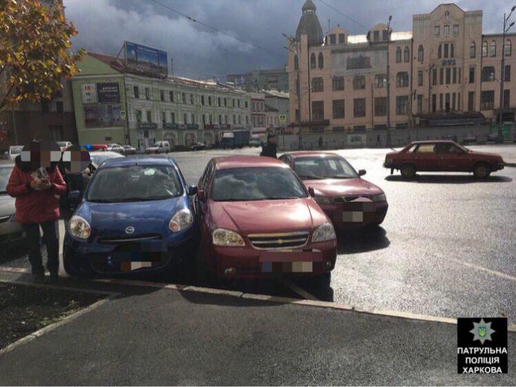 На Павлівській площі через невдалий розворот сталася потрійна ДТП (ФОТО)