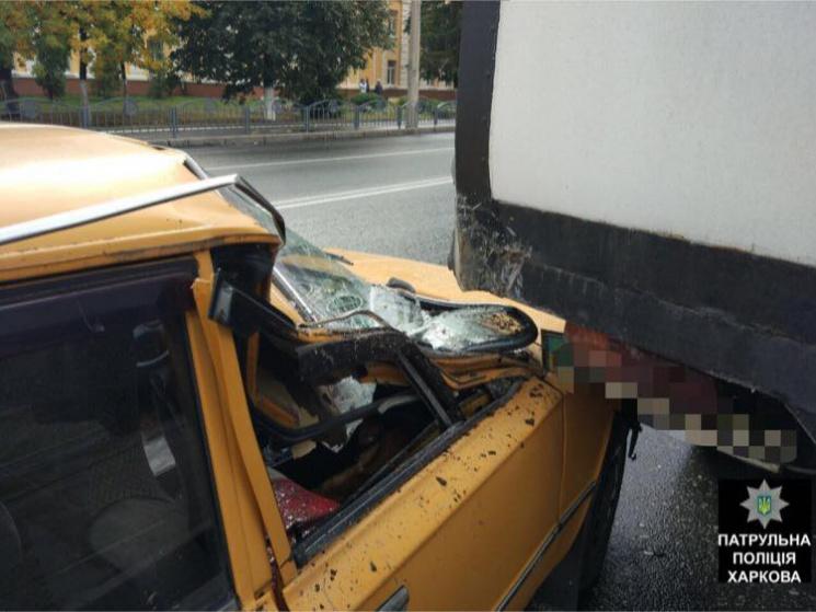 """У Харкові неуважний водій """"двійки"""" в'їхав у вантажівку (ФОТО)"""