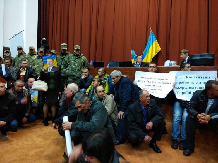 Через протестувальників сесію Полтавської облради призупинили на невизначений термін (ФОТО)